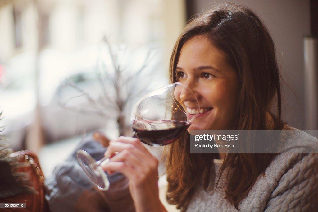 Pretty happy woman drinking wine : Stockfoto