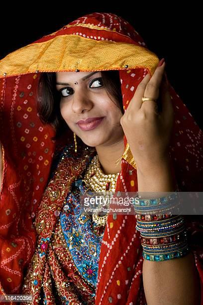 bonita mulher indiana em roupas tradicionais colorido - rajastão imagens e fotografias de stock