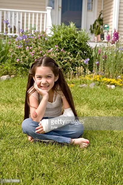 Pretty Little Girl con un brazo fracturado