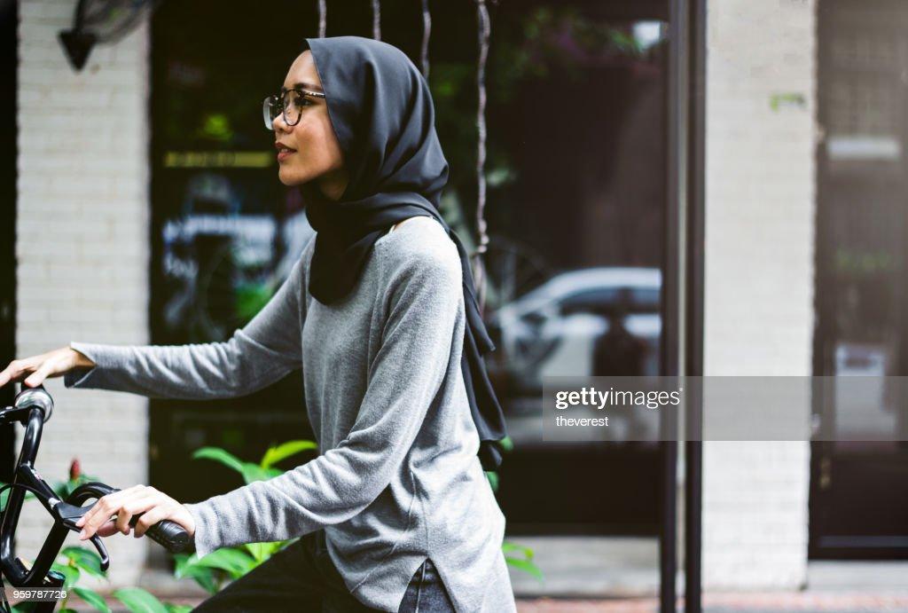 Ziemlich malaysische Mädchen mit ihrem Fahrrad : Stock-Foto