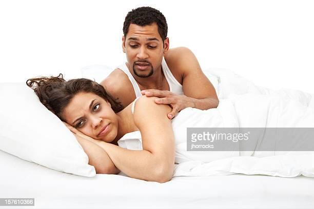 jolie veuillez? - couple au lit photos et images de collection