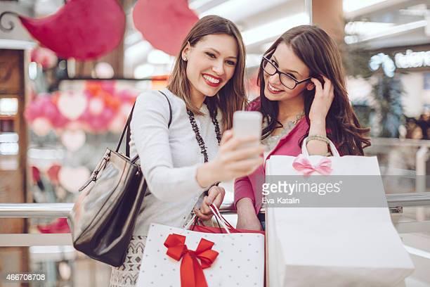 可愛らしいショッピング中で自分撮り活用事例ショッピングモール