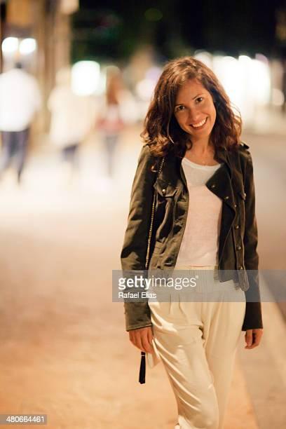 pretty smiling woman in the street - une seule femme d'âge moyen photos et images de collection