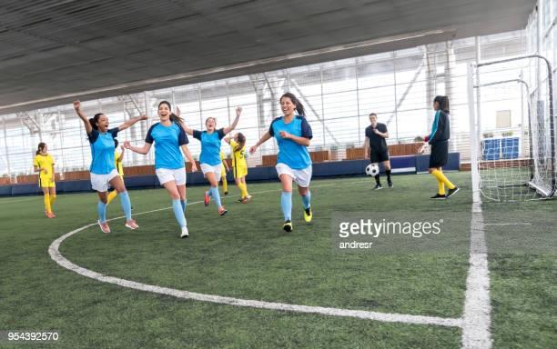 jugadores del fútbol bonito celebrar sólo anotaron un gol muy feliz - marcar términos deportivos fotografías e imágenes de stock