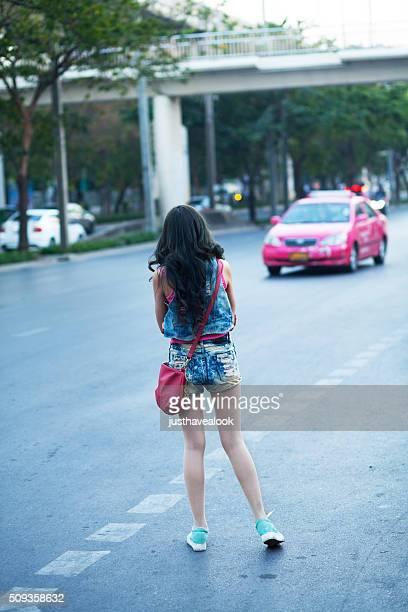 chica bonita está esperando taxi - mini shorts fotografías e imágenes de stock