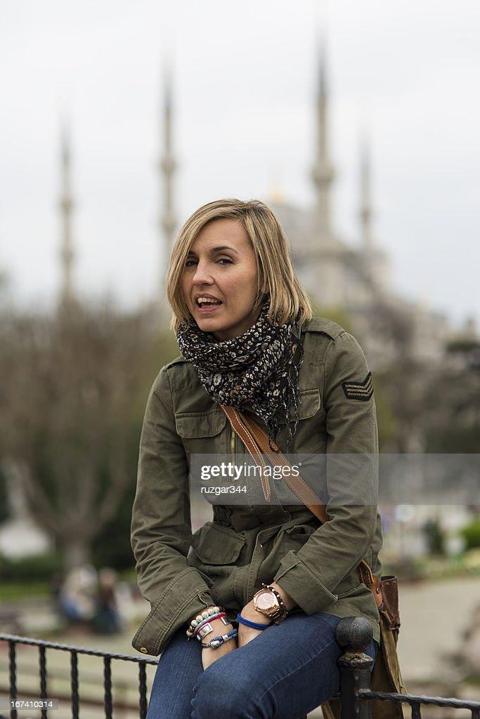 Hübsche Reisende Frau-Sultan-Ahmet-Moschee (Blaue) im Hintergrund : Stock-Foto