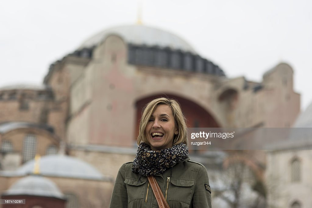 Pretty traveller woman - Hagia Sophia Museum in the background : Stockfoto
