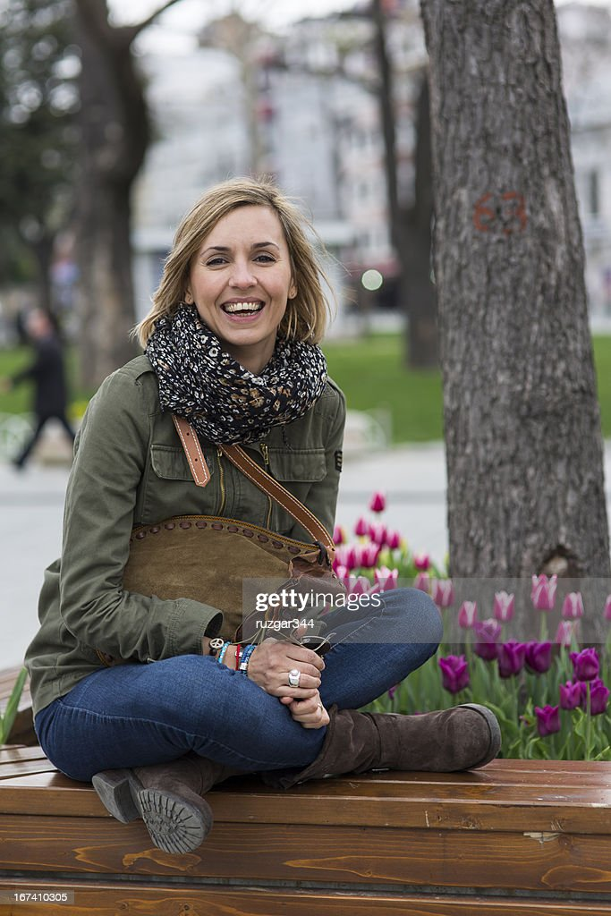 Pretty traveller woman in the park : Stockfoto