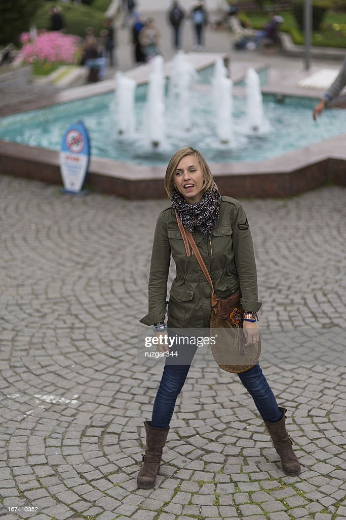 Pretty traveller woman - Small pool in the background : Stockfoto