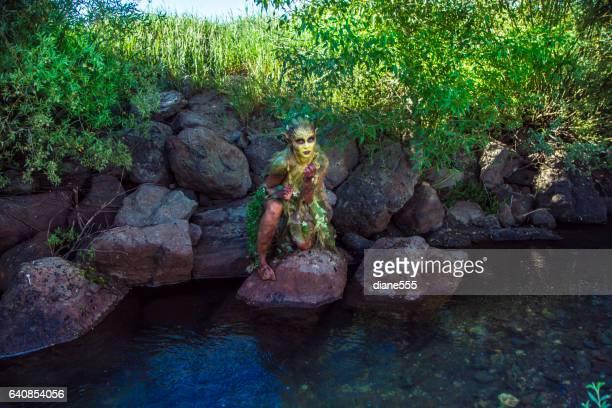 小川の近くかなり水の妖精ファンタジー クリーチャー