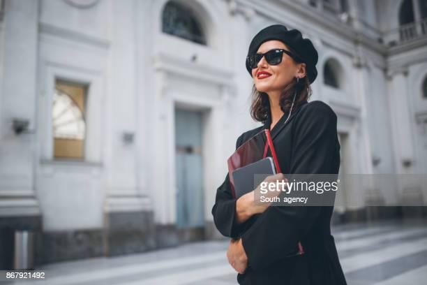 Mujer bonita en la estación de tren