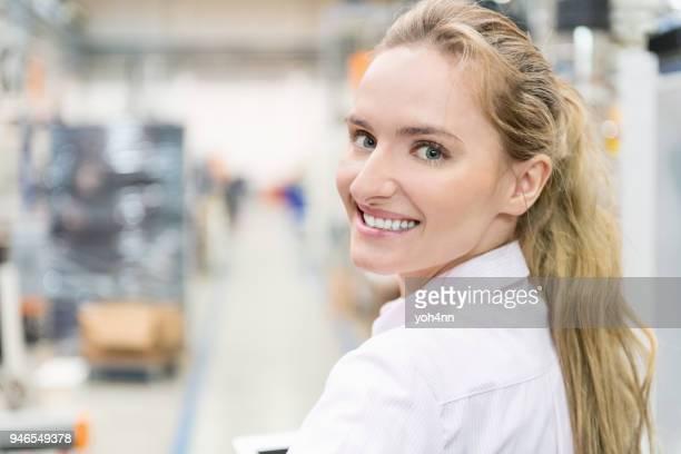 Jolie femme contrôle qualité en usine