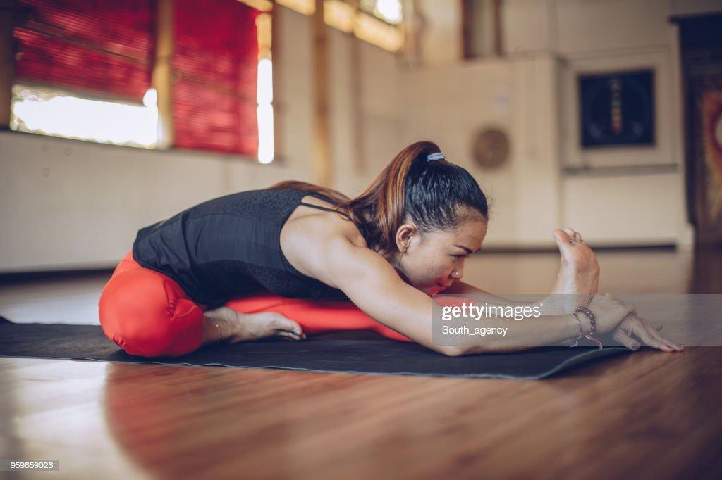 Hübsche Frau Yoga Übung : Stock-Foto