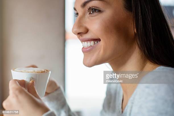 pretty woman drinking coffee - koffie drank stockfoto's en -beelden