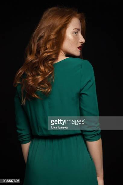 pretty woman in green dress - grünes kleid stock-fotos und bilder