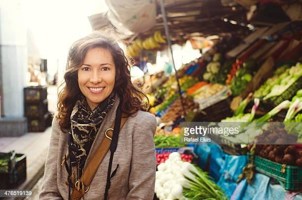 pretty woman in outdoor market - femme marocaine photos et images de collection