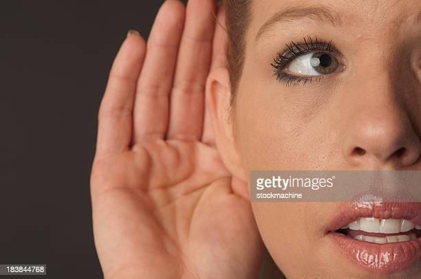 Hübsche Frau hören