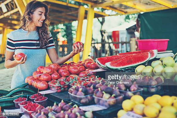 pretty woman shopping fruits and vegetables - tropische frucht stock-fotos und bilder