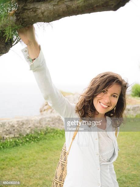 pretty woman under tree - llanes fotografías e imágenes de stock
