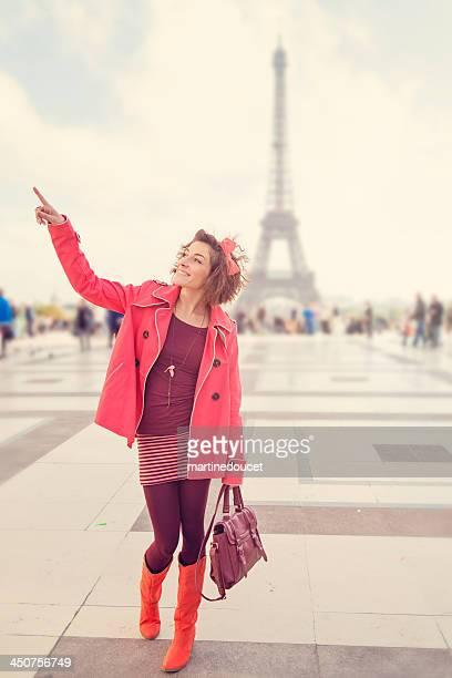 """linda mulher visitar a torre eiffel com """"em plano de fundo. - """"martine doucet"""" or martinedoucet - fotografias e filmes do acervo"""