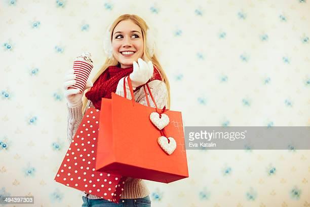 Hermosa mujer con un día de San Valentín de regalos
