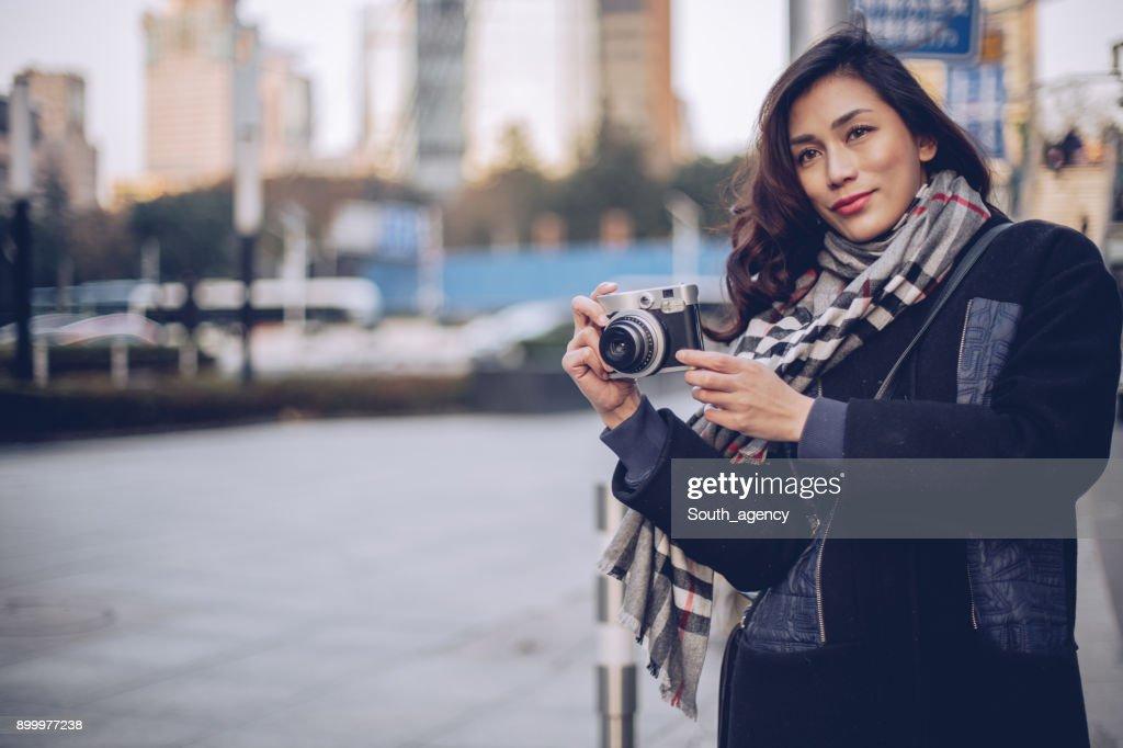 路上カメラできれいな女性 : ストックフォト