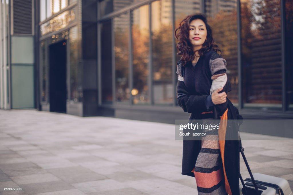 美しい女性、スーツケース : ストックフォト