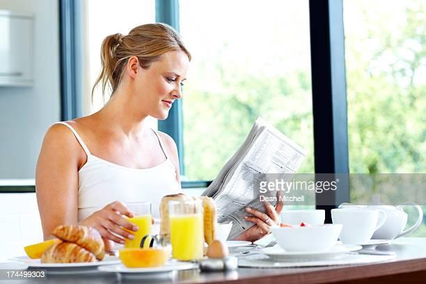 Hübsche Frau mit gesunden Morgenroutine