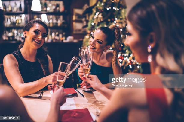 Vackra kvinnor på middagsbjudning