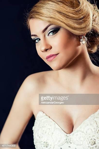 schöne junge braut mit schönen frisur und make-up - erotikbilder stock-fotos und bilder