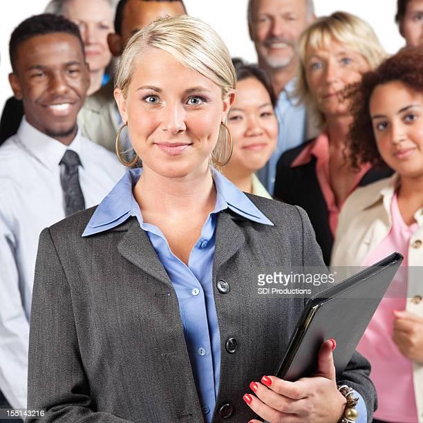 Jolie jeune femme d'affaires en face de groupe des pairs