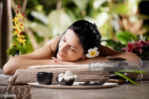 hübsche junge mädchen liegen im luxuriösen spa - kurbehandlung stock-fotos und bilder