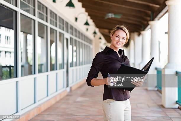 Jolie jeune travailleur de bureau