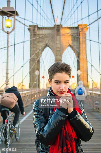 Hübsche junge Frau im Brighton Brücke, Neu York Stadt