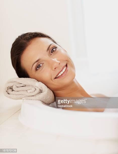 hermosa mujer joven disfruta de un baño - piel bonita mujer desnuda tumbada fotografías e imágenes de stock