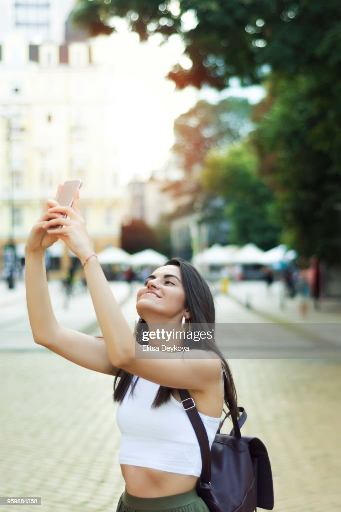 Hübsche junge Frau, die eine Stadt herumlaufen : Stock-Foto