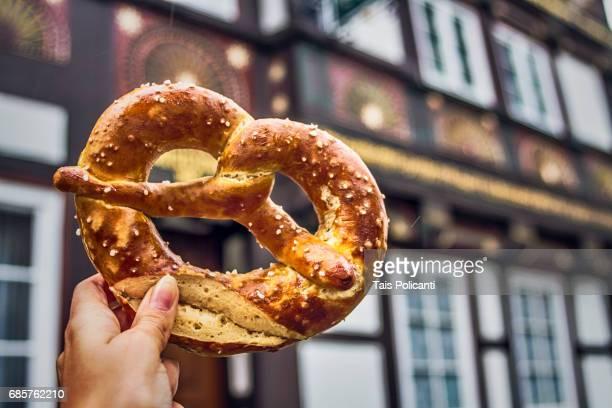 pretzel and a typical german house in the background- goslar, lower saxony, germany, europe - cultura alemã - fotografias e filmes do acervo