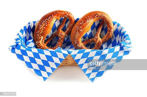 pretzel en azul y blanco de servilleta oktoberfest comida típica de la región de baviera - oktoberfest fotografías e imágenes de stock
