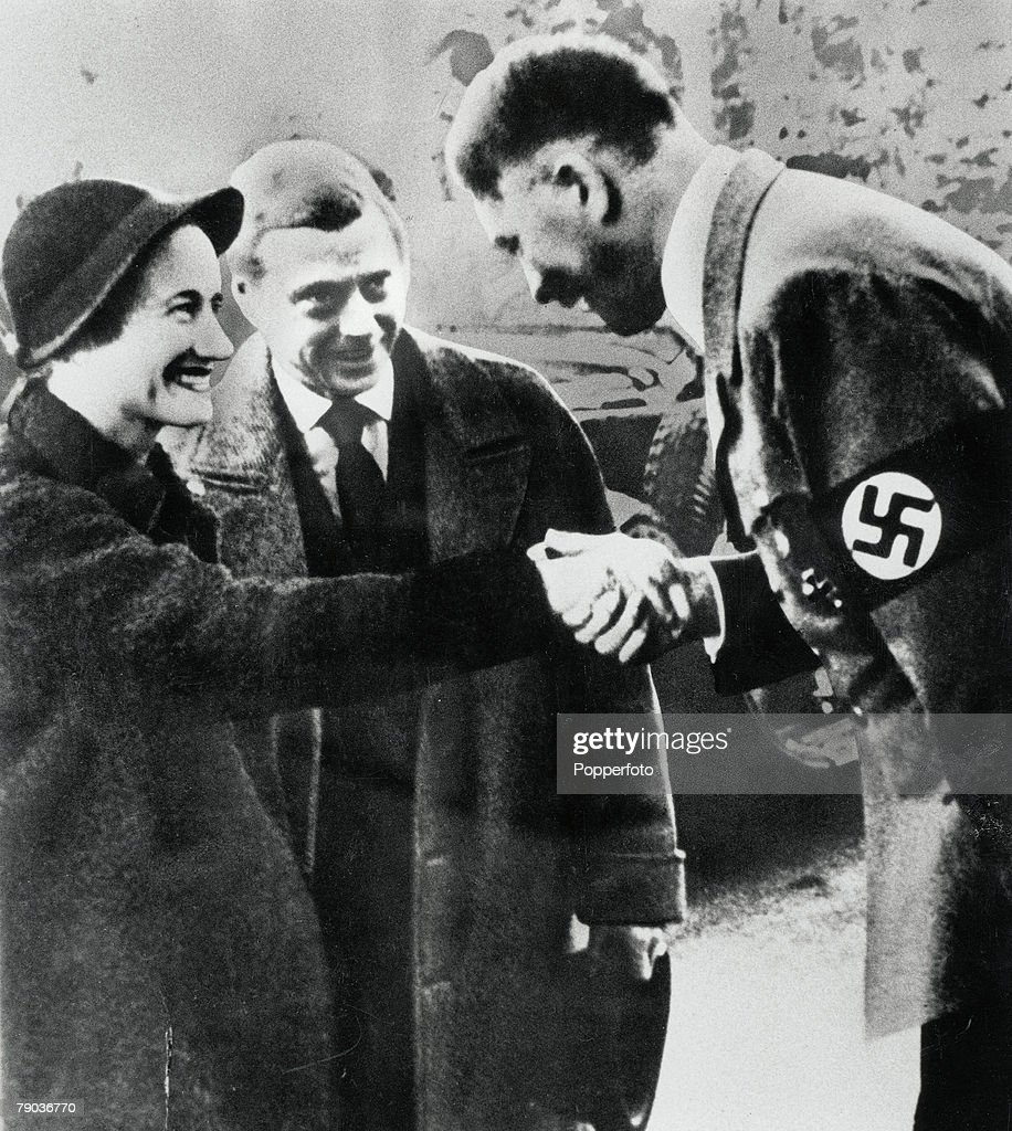 Pre-World War II. Berlin, Germany. 1937. Mrs. Simpson, the Duchess Of Windsor shakes hands with Nazi German leader Adolf Hitler watched by her husband the Duke of York during their visit to Germany. : Nieuwsfoto's