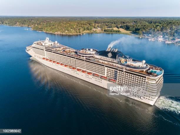 MSC Preziosa Cruiser Ship förbi i svenska skärgården