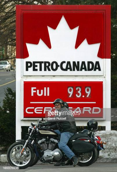 GAS PRICES---04/05/05---Motor cyclists at the full service