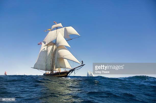 pride of baltimore ii racing off gloucester harbor - 帆船 ストックフォトと画像