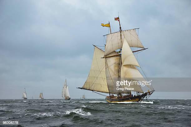 pride of baltimore ii racing on the chesapeake bay - 大型帆船 ストックフォトと画像