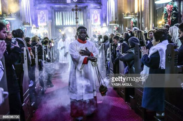 A priest attends Christmas Mass at Saint Antuan Church in the Beyoglu district of Istanbul on December 24 2017 / AFP PHOTO / YASIN AKGUL