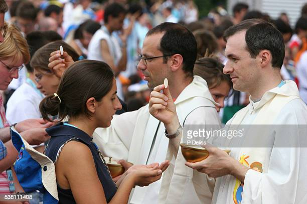 priest offering eucharist during mass - communion stock pictures, royalty-free photos & images