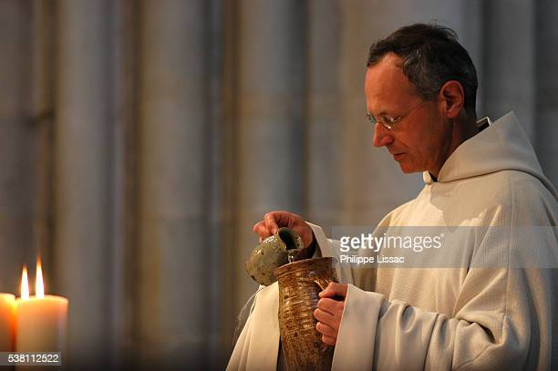 priest performing mass - communion stock pictures, royalty-free photos & images