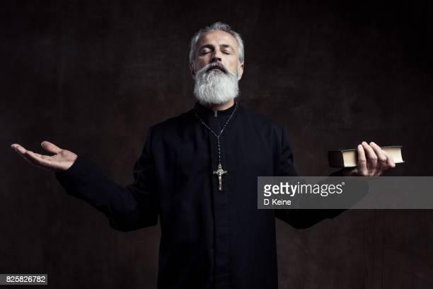 sacerdote - sacerdote fotografías e imágenes de stock