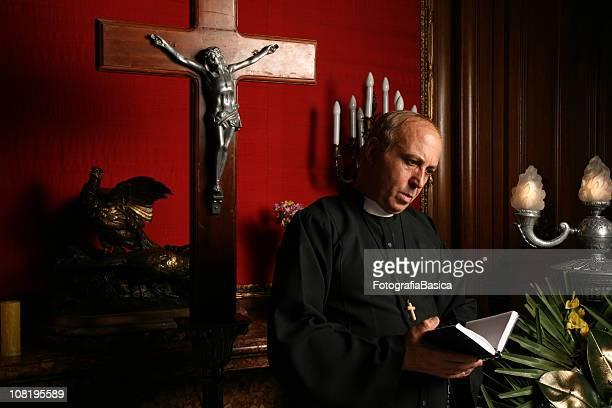 司祭リーティングからのバイブル教会 - 司祭 ストックフォトと画像