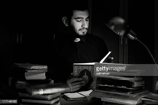 Sacerdote leyendo Corán