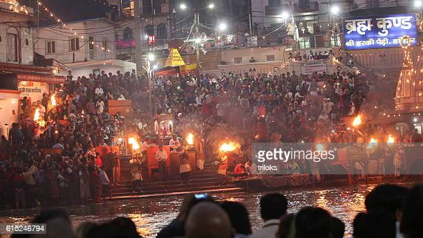 priests performs religious ganga aarti ceremony at har ki pauri - uttarakhand stock pictures, royalty-free photos & images